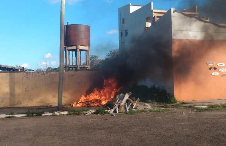 Contêiner da coleta seletiva de lixo é propositalmente incendiado