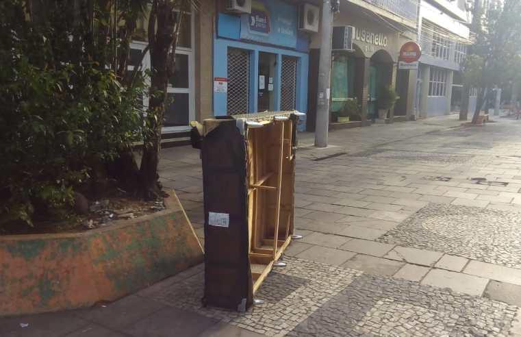 Moradores descartam até Cama no calçadão de Alegrete