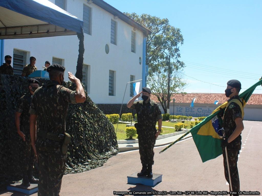 """Formatura no """"Pátio Adão Prestes do Monte"""" no 12° BE Cmb Bld marca passagem de comando"""