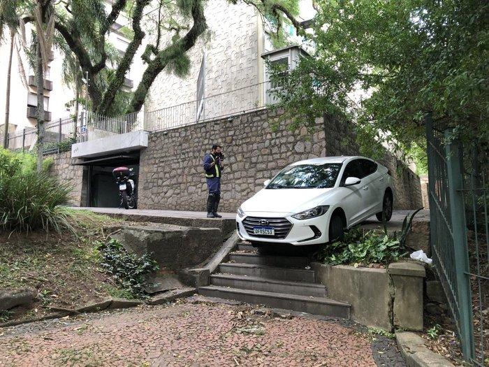 Carro é abandonado com vidros abertos em escadaria no bairro Moinhos de Vento
