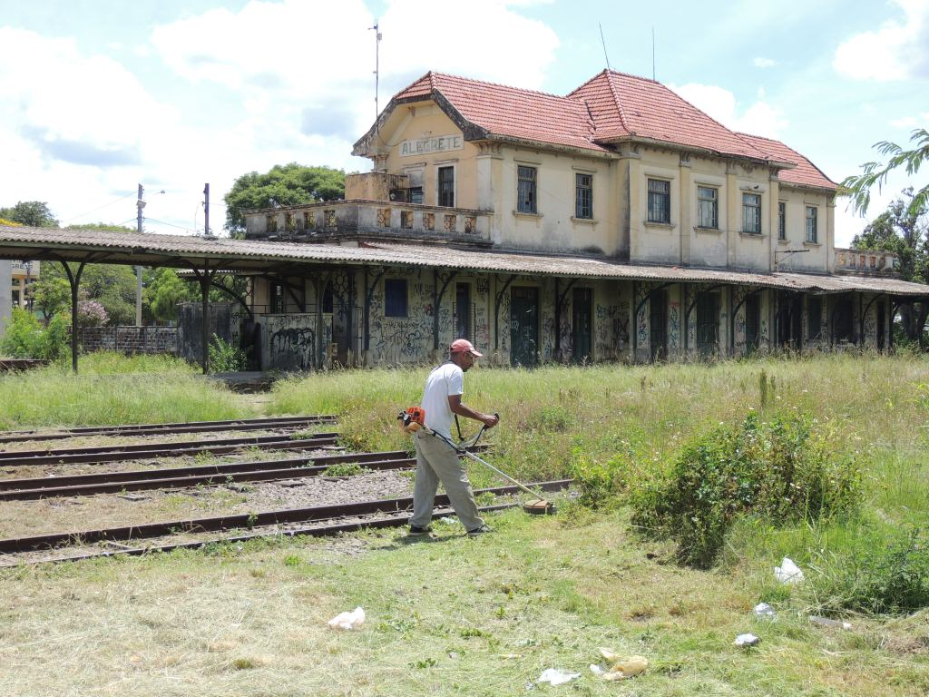 Moradores limpam pátio da Estação Férrea de Alegrete