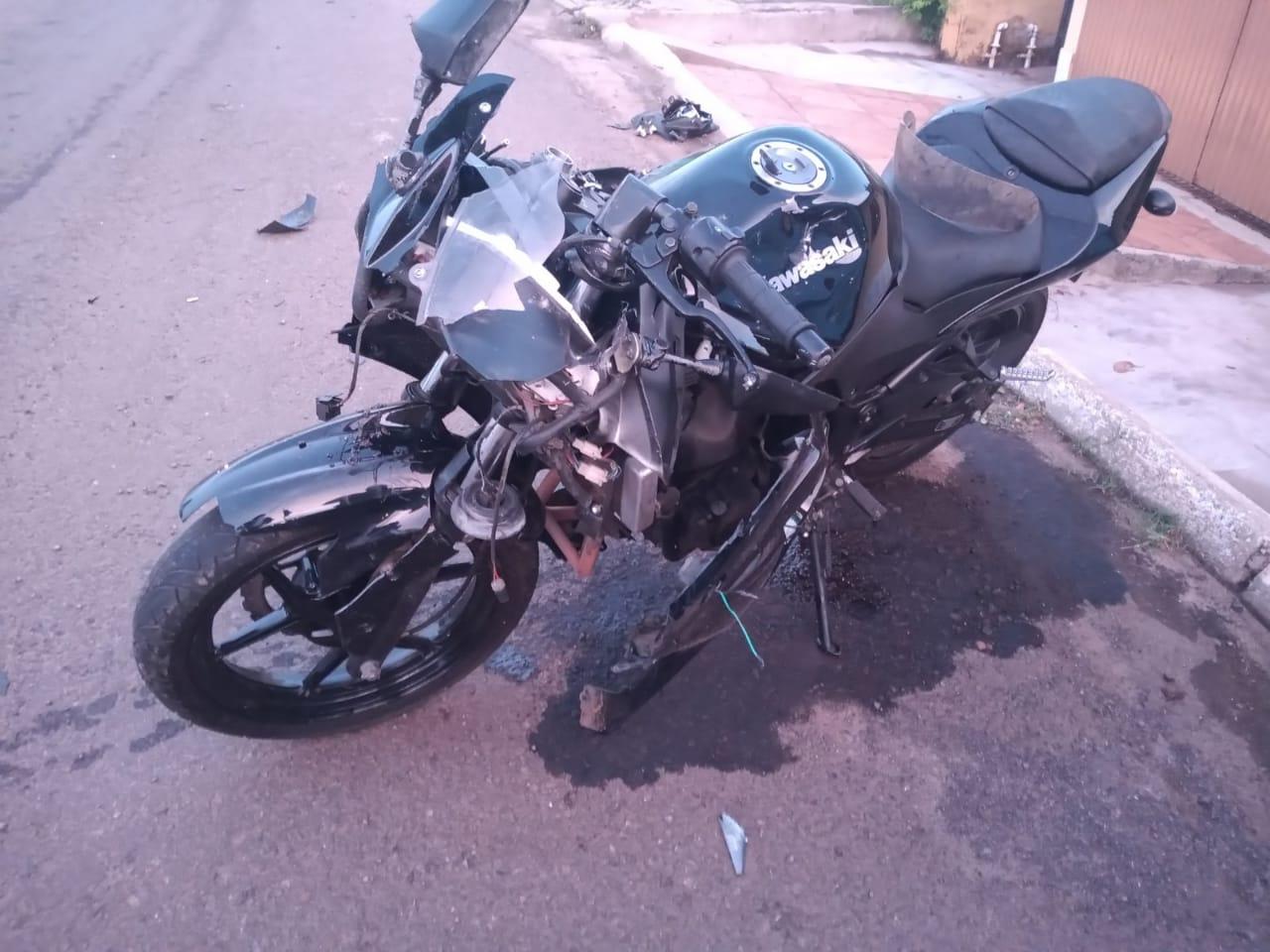 Brita solta provoca acidente entre carro e moto na Avenida Eurípides Brasil Milano