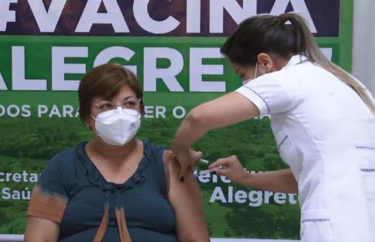 """""""Imunização contra a Covid reforça nossa esperança em frear o contágio"""", afirma a técnica em enfermagem recentemente vacinada"""