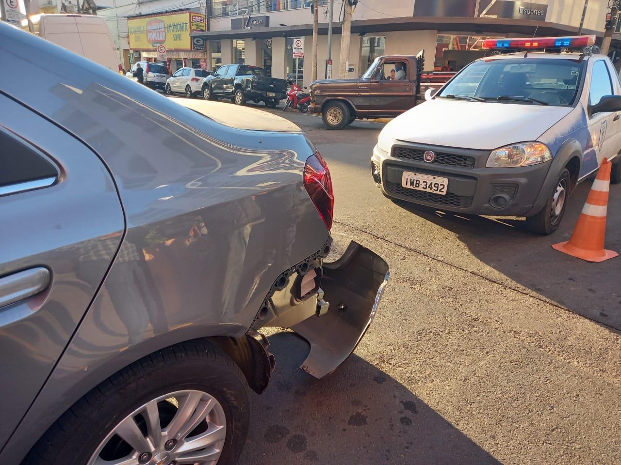 Motorista bate em carro e foge do local