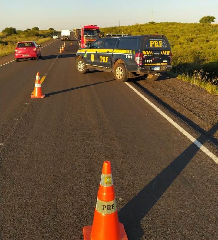 Motorista perde controle de carro, sai da pista e capota várias vezes na BR 290 em Alegrete