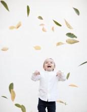 foto niños hojas