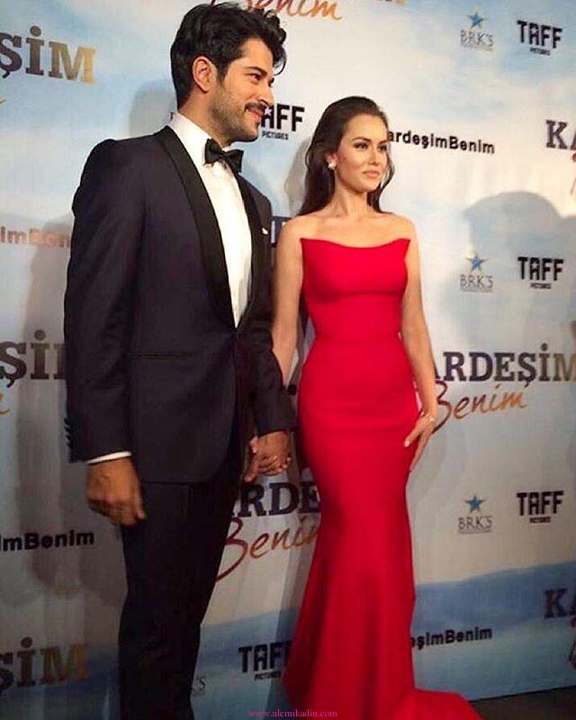 Fahriye-EVCEN-Burak-Özçivit-Kırmızı-Elbise