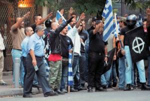 Simpatizantes de Amanecer Dorado, con su líder al frente, se concentran en el barrio de Gazi, centro de reunión de los gays atenienses.