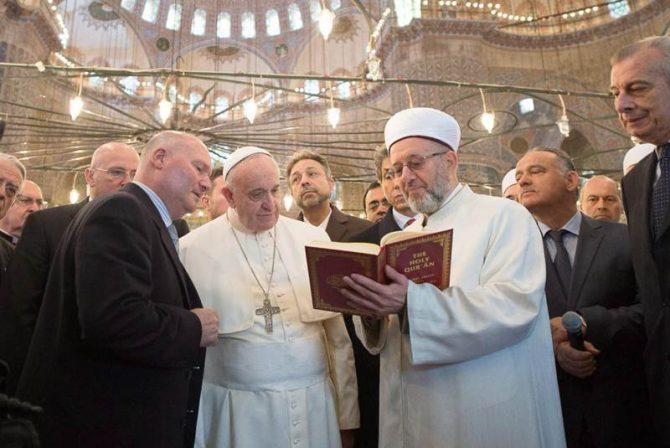 El Papa francisco visitó el 29 de noviembre de 2014 la mezquita azul de Estambul y allí el Gran Muftí de Estambul, Rahmi Yaran, le leyó fragmentos del Corán