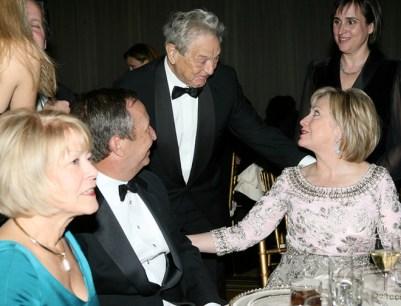 Soros saluda a Clinton en una cena de gala tras la toma de posesión de Obama.