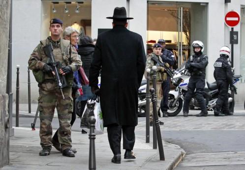 Imagen de 2015: Soldados franceses patrullan en el barrio judío de París para evitar ataques terroristas islámicos. Hoy, judíos y musulmanes coinciden en pedir el voto contra Le Pen.
