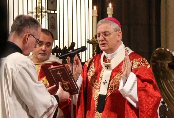 La Archidiócesis católica de San Andrés y Edimburgo, comandada por el arzobispo Leo Cushley (derecha), planea reducir el número de parroquias de más de 100 a 30. (Imagen: Lawrence OP/Flickr).