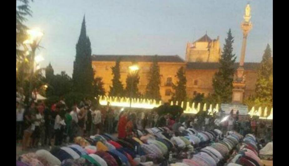 Musulmanes rezando junto a la estatua de la Inmaculada Concepción (Foto ABC)