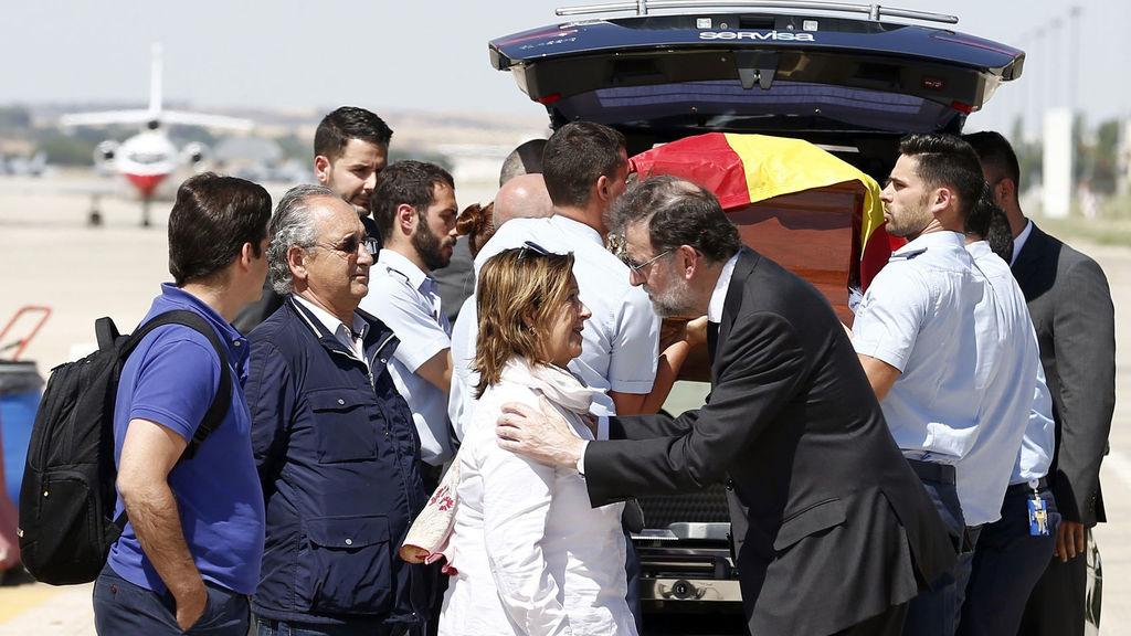 Rajoy recibe en Torrejón de Ardoz el cuerpo sin vida de Ignacio Echeverría.
