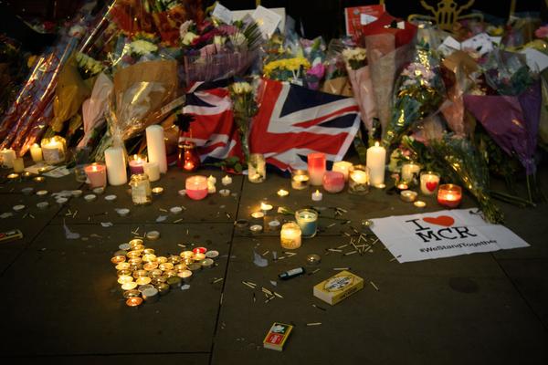 Velas y flores de una vigilia celebrada el 23 de mayo de 2017 en Manchester, Inglaterra, luego de que en la noche de la víspera un terrorista suicida matara a 22 asistentes a un concierto.