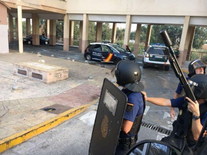 Agentes de la Policía Nacional se protegen en el barrio de la Cañada de Hidum, foco del islamismo en Melilla (foto El Mundo)