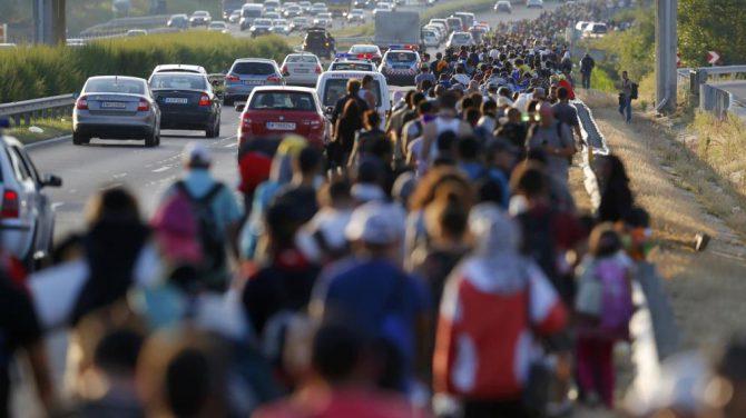 Cientos de refugiados marchan hacia la frontera con Austria