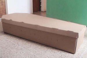Algunos de los improvisados ataudes son de cartón.