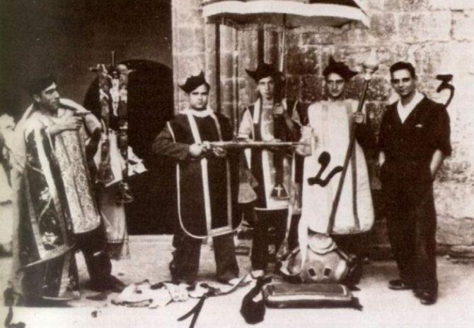 Militantes socialistas profanan una iglesia durante la II República.