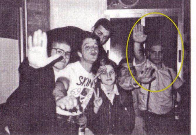 Ignacio Vega Peinado, miembro de VOX Toledo, haciendo el saludo nazi junto a sus compañeros skinheads en los años 90