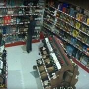 Circuito cerrado capta a sujeto robando 'pomos' en Las Plazas