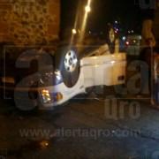 Choca camioneta y vuelca en Calzada de Los Arcos