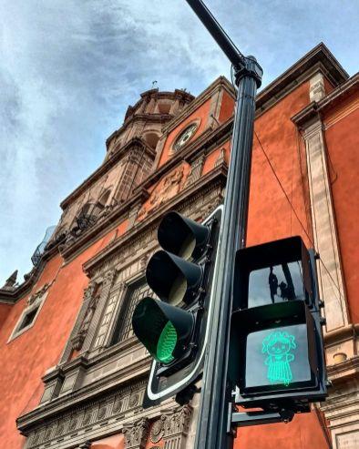 Colocan 76 semáforos con imagen de Lele en el Centro Histórico - AlertaQro