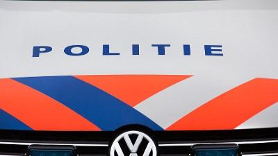 Politielogo op motorkap politieauto