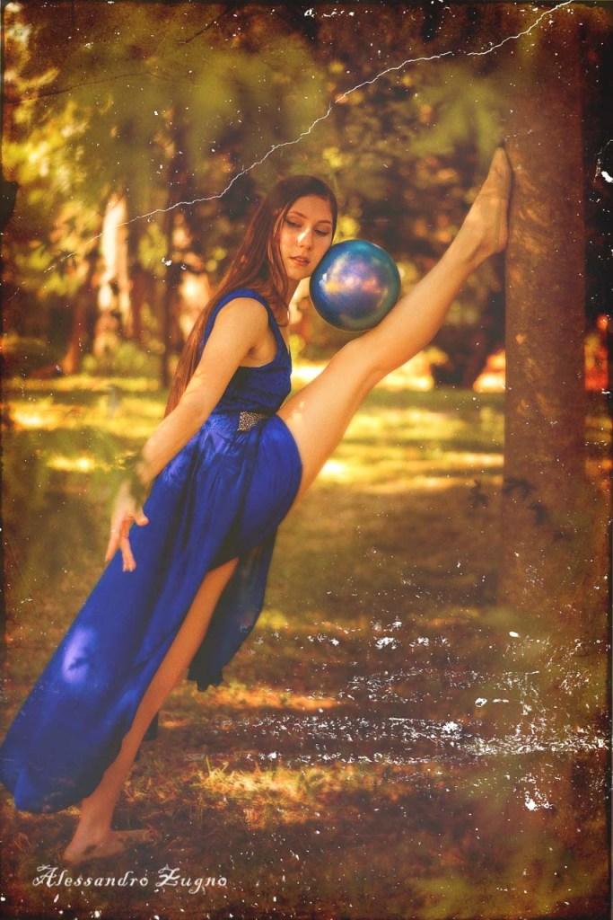 ginnasta con palla e vestito da ritmica