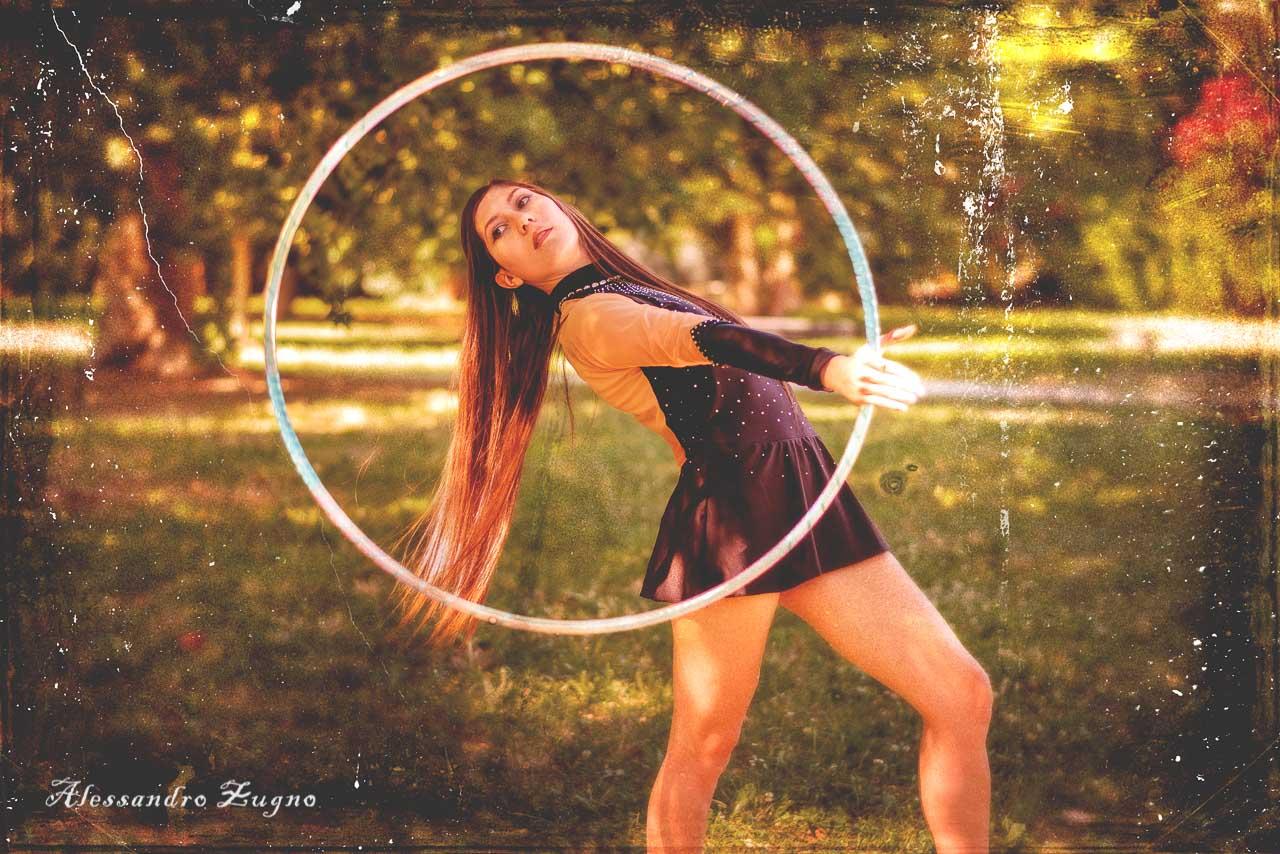 foto artistica ragazza con cerchio ginnastica ritmica