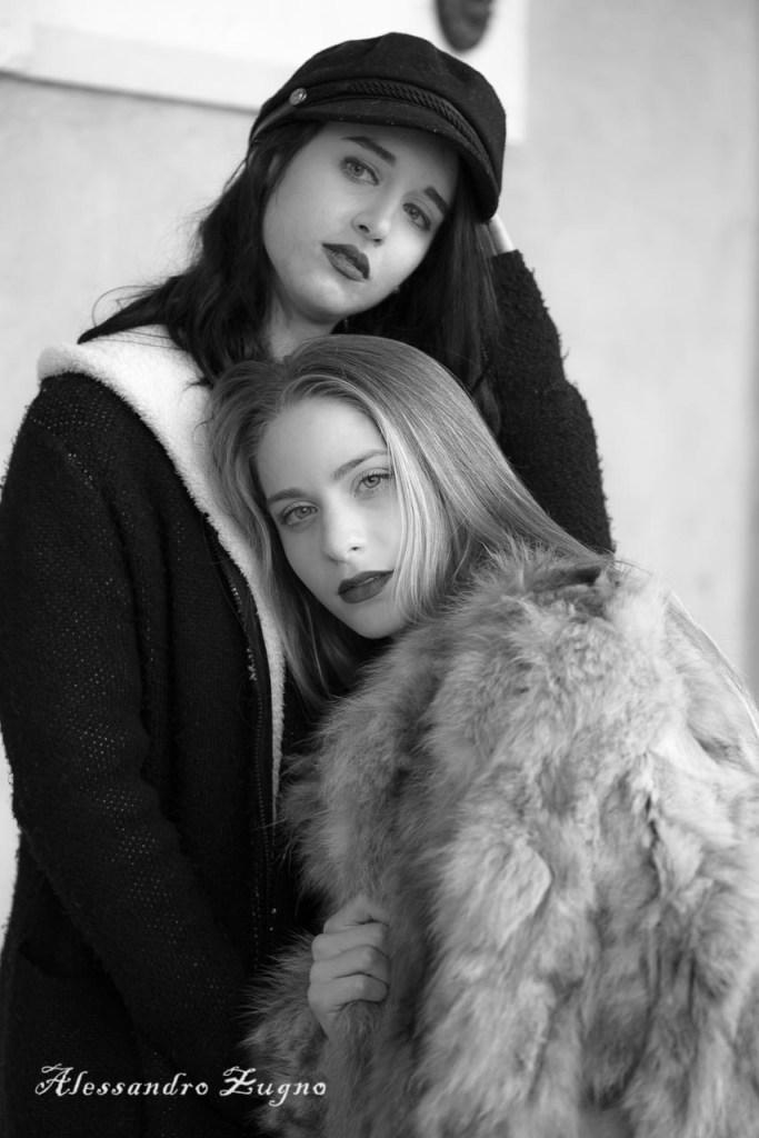 Foto artistica in bianco e nero di ragazze con vestiti invernali