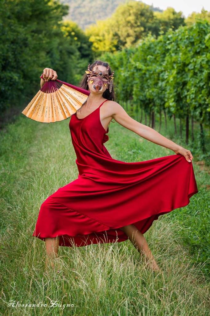 foto di danzatrice con maschera di drago nella vigna dei colli