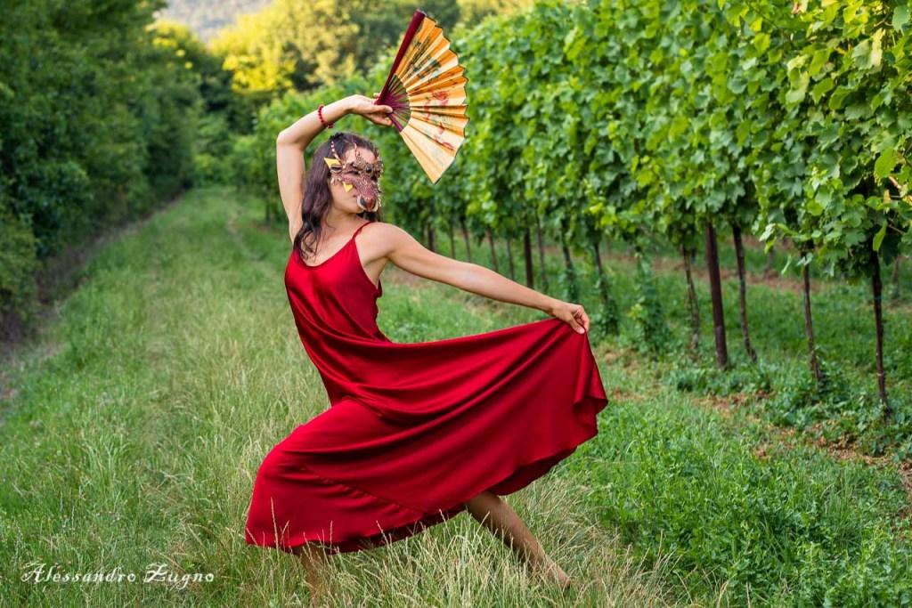 foto di danza nella natura con ragazza mascherata
