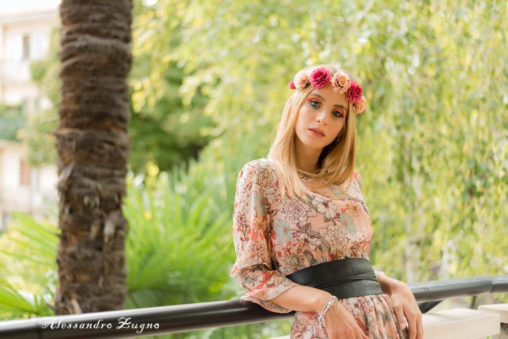 ragazza con vestito a fiori e trucco artistico per servizio fotografico