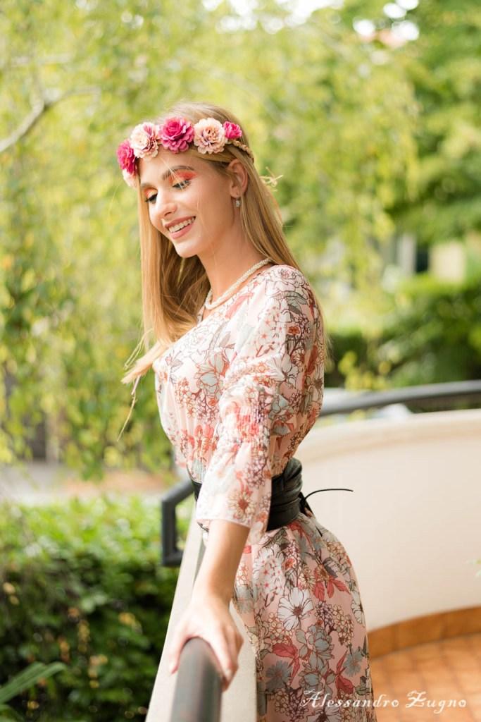servizio fotografico di moda con make-up artistico e vestito a fiori