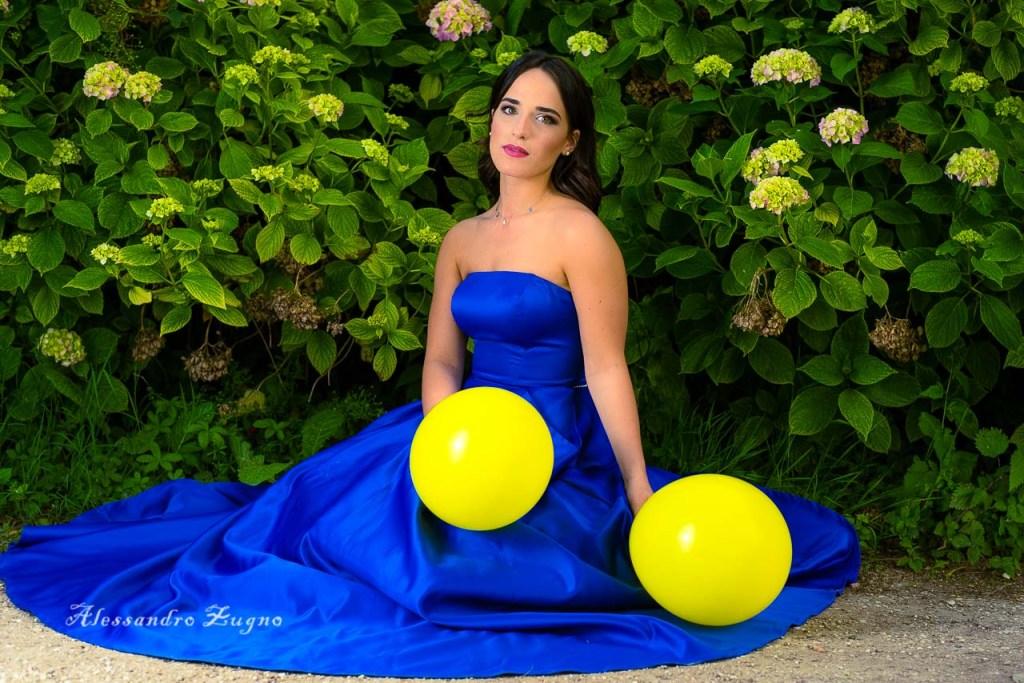 Ragazza con abito da sera blu e makeup fotografico