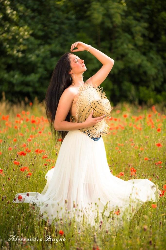 ragazza con cappello di paglia in un campo di papaveri rossi di Albignasego