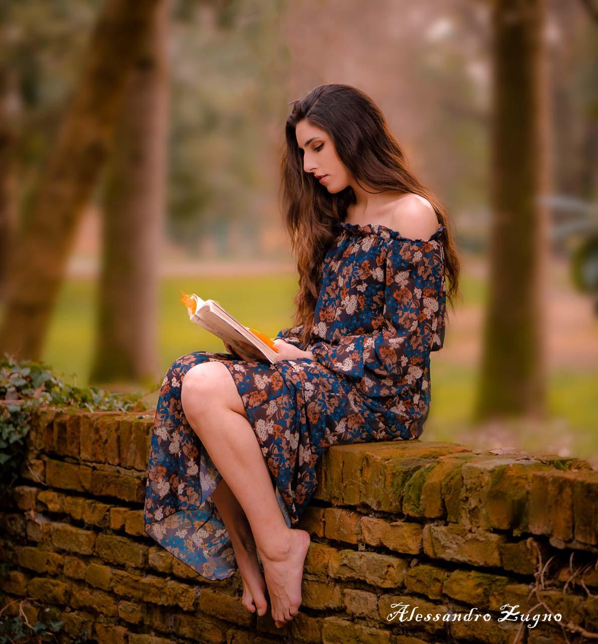 shooting fotografico con modella in un aprco durante l'autunno