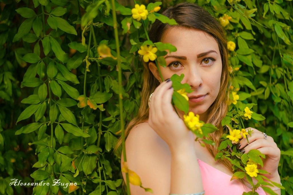 ragazza con vestito primaverile immersa nei fiori dell'Orto Botanico a Padova