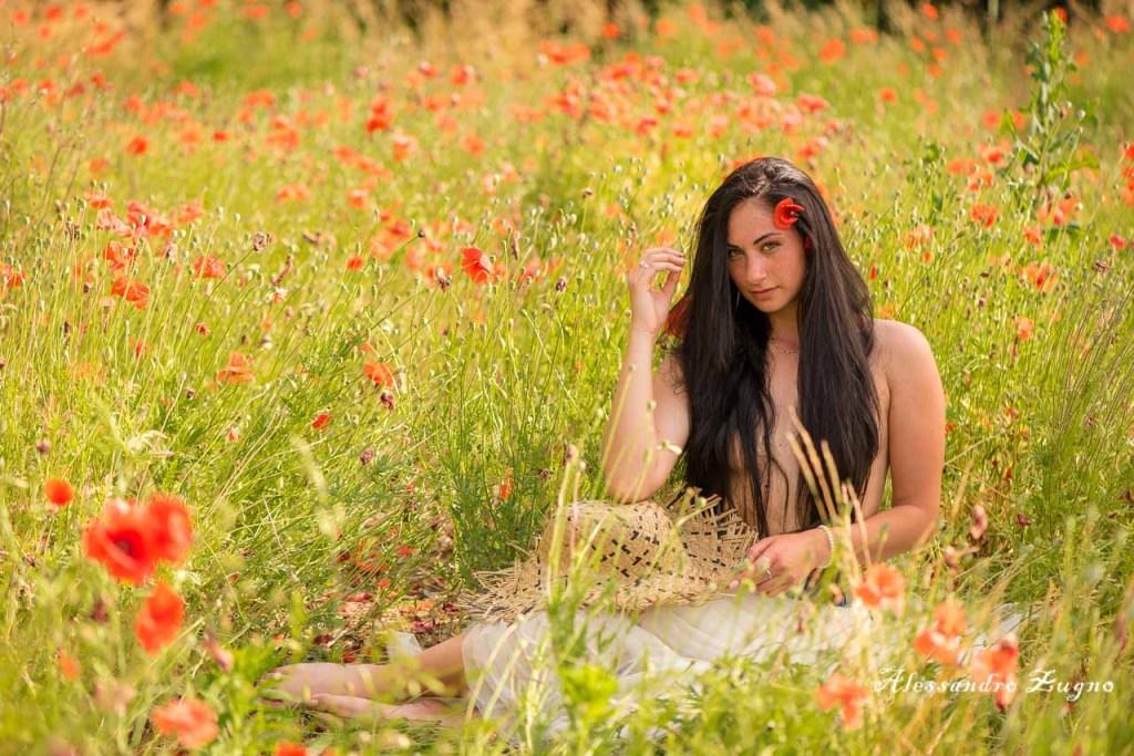 shooting fotografico nei papaveri rossi di Albignasego con modella bruna