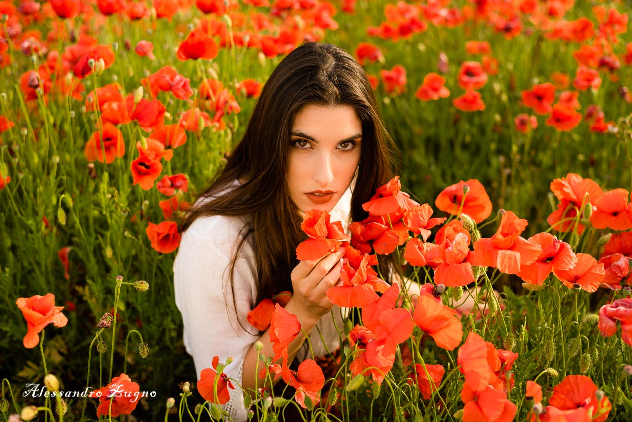 ritratto artistico di ragazza con capelli lunghi immersa nei fiori