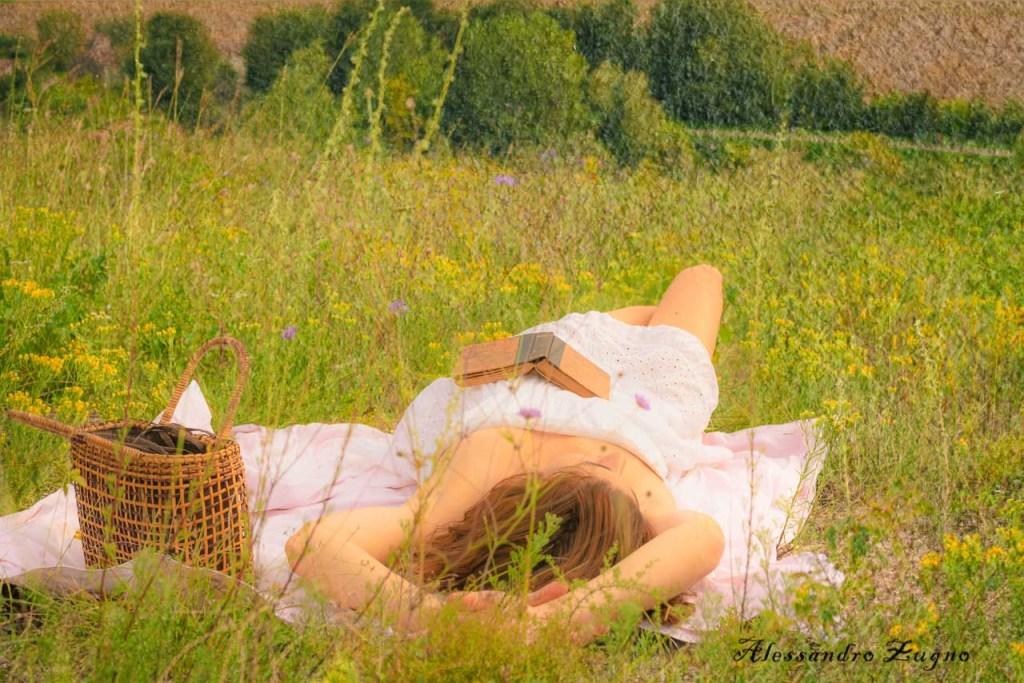 Foto artistiche di ragazza nel sentiero del Monte Cinto