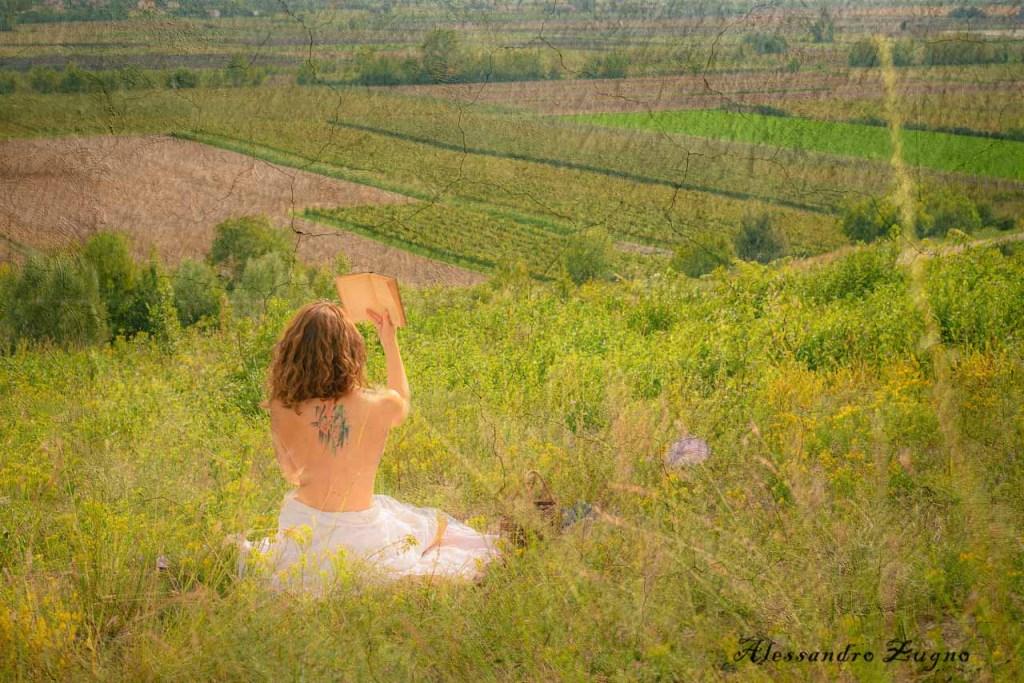 fotografia artistica di donna in un paesaggio naturale