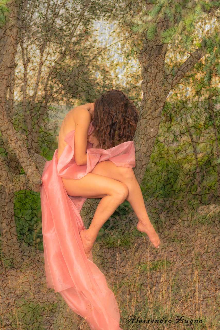foto artistica donna con tessuto rosa nei colli euganei