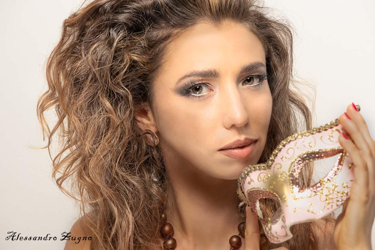 modella con makeup fotografico durante un book in studio