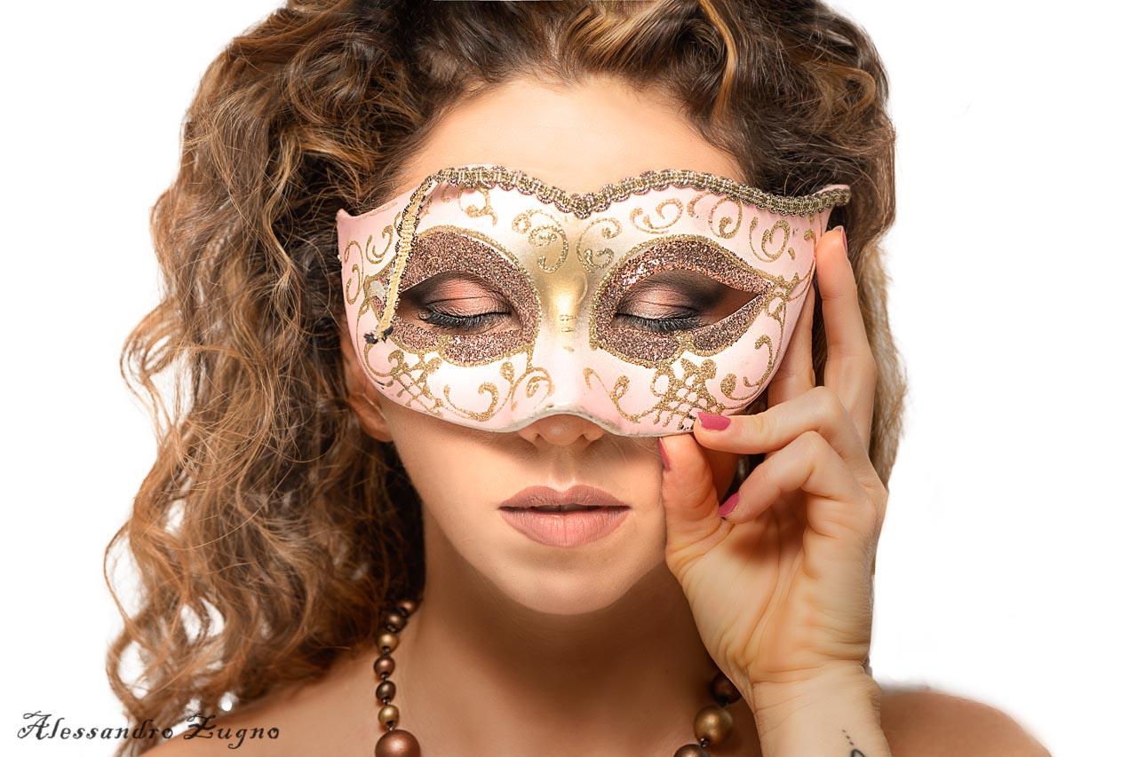 fotografia beauty modella con maschera veneziana antica
