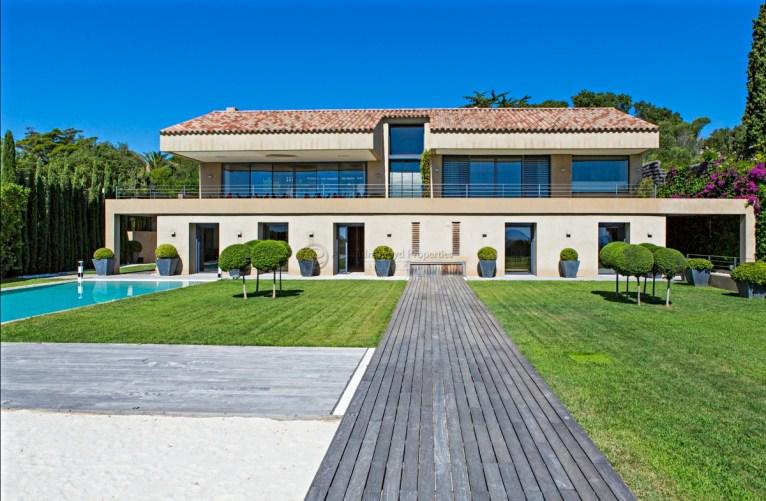 Modern villa for rent close to the beach in Saint Tropez