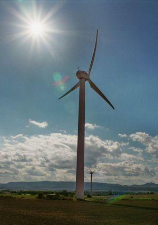 Eine Windkraftanlage des Herstellers Tacke dreht sich im Gegenlicht. Sie gehört zum ehemaligen Windpark 'Alte Schanze' bei Immenhausen, der Ende 2012 abgebaut wurde.