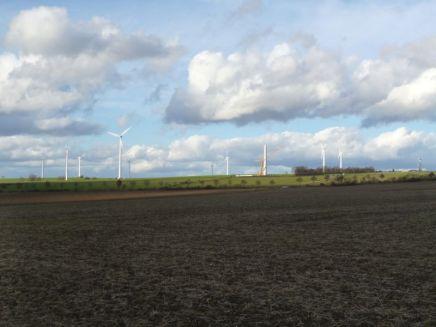 In herbstlicher Abendsonne präsentiert sich der ehemalige Windpark 'Alte Schanze' bei Immenhausen aus Blickrichtung Rothwesten. Teilweise nur angedeutet sind alle 12 Anlagen des Windparks sichtbar, die lange Jahre das Bild der Umgebung prägten. Nun sieht man hier gelegentlich Flugzeuge starten oder landen.