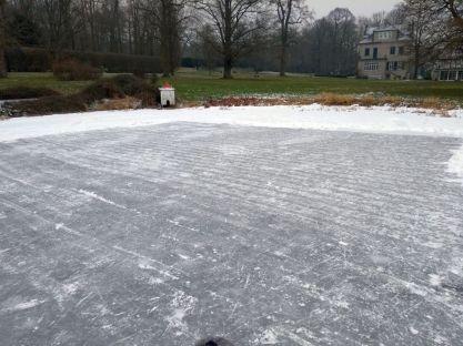 Eisfläche im Privatpark Winterbüren Anfang März